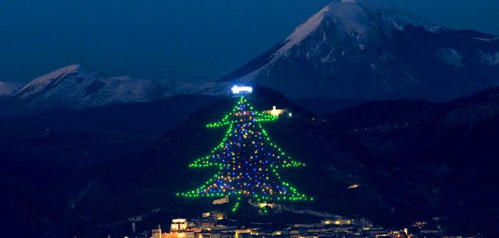 Albero Di Natale Gubbio.Acceso Dallo Spazio L Albero Di Natale Di Gubbio Il Piu Grande Del